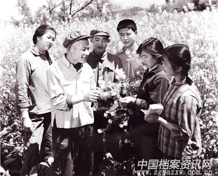 20世纪70年代,四川省成都市龙泉驿区万兴乡的技术人员正在向青年人