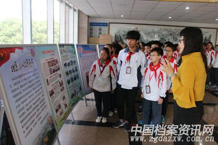 学生们参观《档案见证改革开放》展览 陈天扬 摄